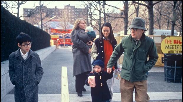 Allen y Farrow con sus hijos Moses, Ronan, Dylan y Soon-Yi en 1988