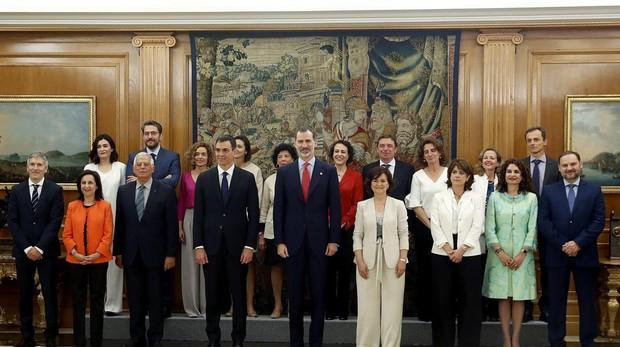 El Rey Felipe VI, y Pedro Sánchez, posan tras la promesa del cargo de los nuevos ministros