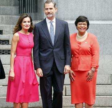 Doña Letizia cambia el rojo por el rosa en su primer acto oficial en ... c3ba780c6a8e