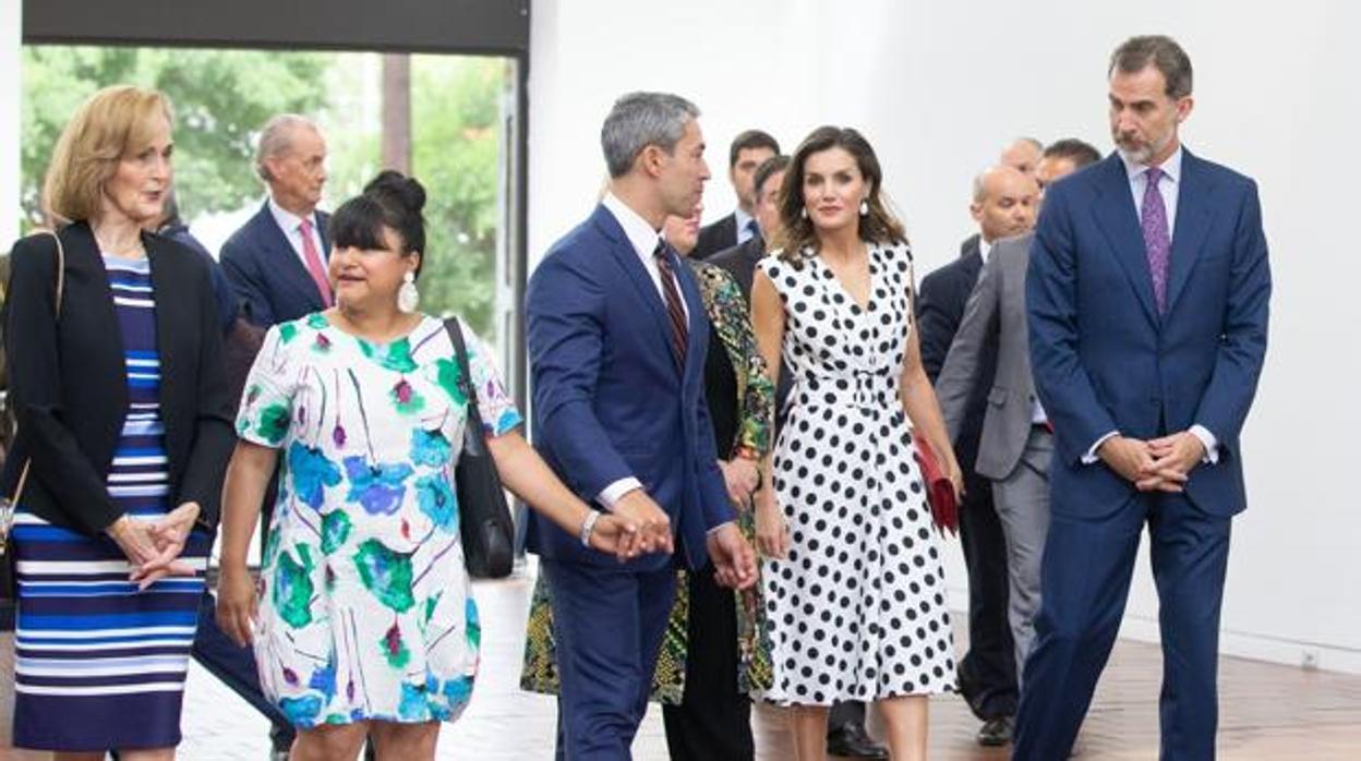 La Reina Letizia deslumbra con un vestido de la diseñadora cordobesa Matilde Cano