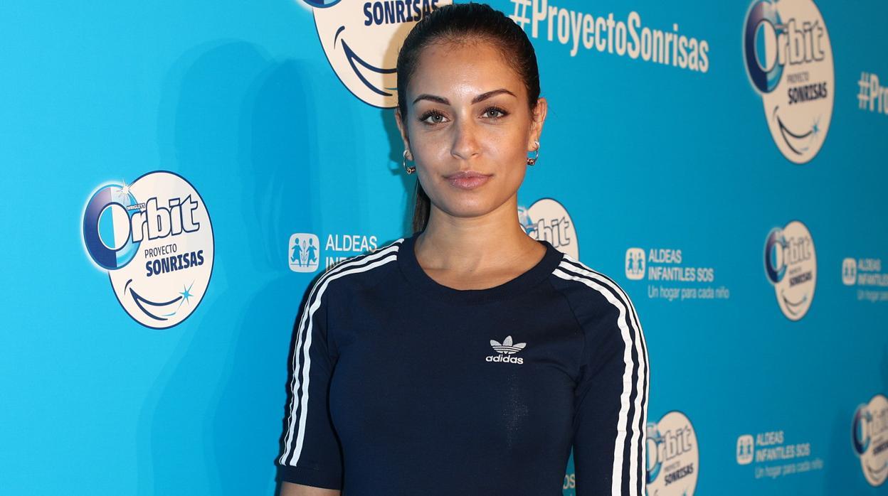 Hiba Abouk arriesga y gana en su estilo más «sporty»
