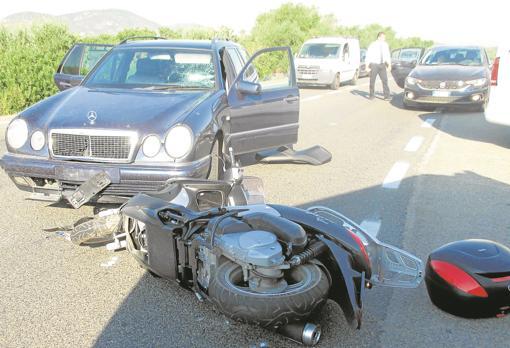 Estado en el que quedó la motocicleta de Clooney tras su choque con un Mercedes