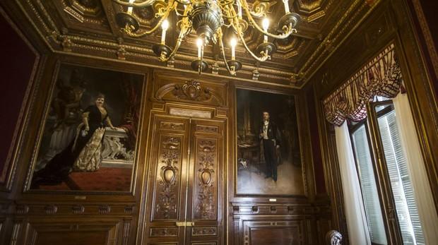 Los retratos de los marqueses, obra de Francisco Pradill, en un salón de la Casa de América