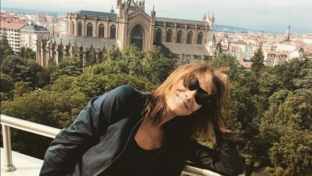 Carla Bruni saludó a Vitoria con una fotografía frente a la Catedral Nueva