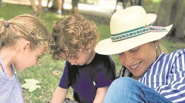 Aída junto a sus nietos Sienna y Salomón, con los que hizo un maratón de helados en el parque del Retiro