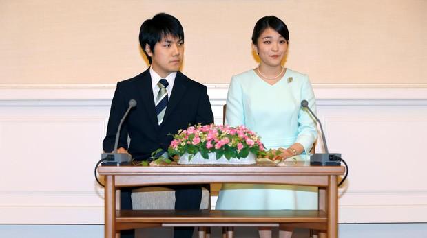 La princesa Mako y Kei Komuro durante la oficialización de su compromiso