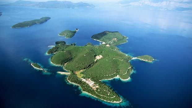 La isla de Skorpios, en el mar Jónico, tiene una longitud de 1,2 Kms y una anchura de 1,24 Kms
