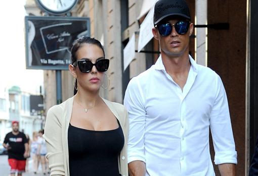 Georgina y Cristiano por las calles de Milan