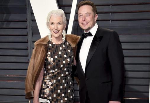 Elon Musk junto a su madre en una fiesta tras la entrega de los Premios Oscar