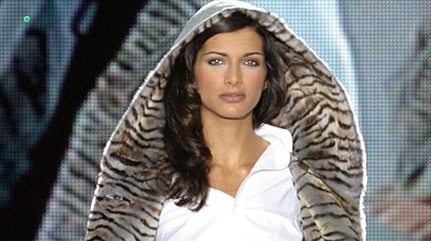 Una modelo luce un abrigo, durante el desfile de las nuevas colecciones de moda en piel (2005)