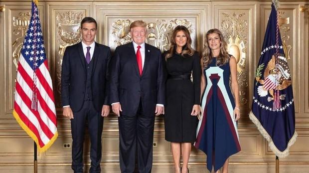 Foto del matrimonio Sánchez junto a los Trump durante su visita a Nueva York