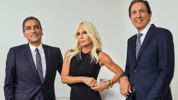 Donatella Versace junto a Jonathan Akeroyd (CEO de la firma) y el CEO de Michael Kors, John D. Idol