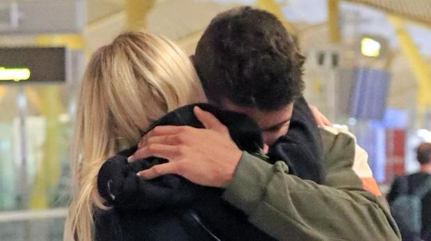Anita Matamoros se despide en el aeropuerto de su hermano Javier Tudela