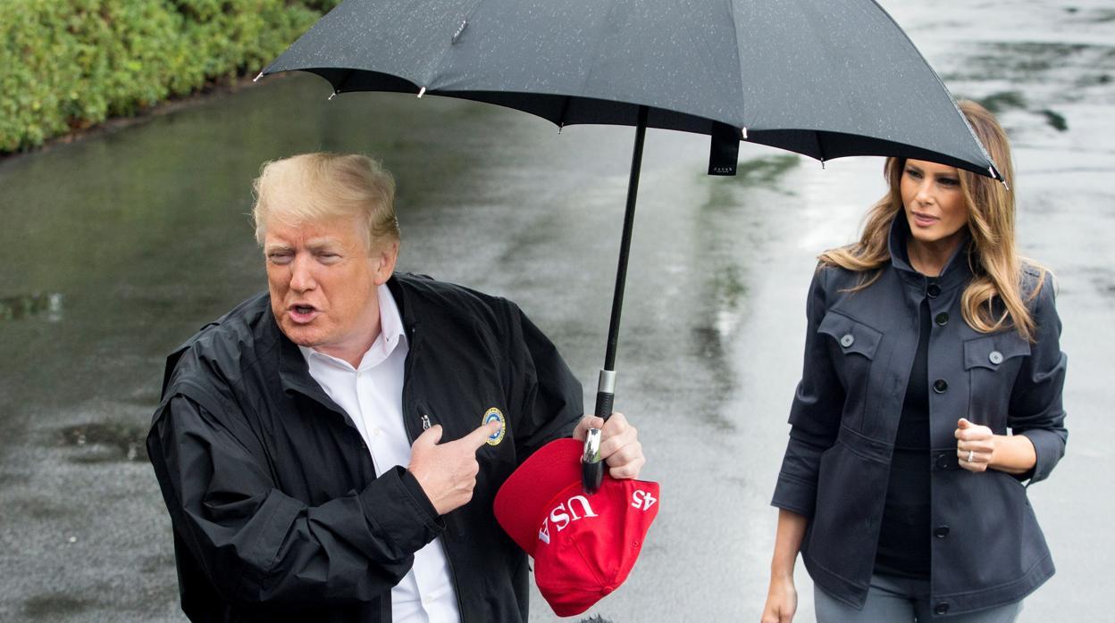 Donald Trump escenifica públicamente la tensa relación con Melania Trump