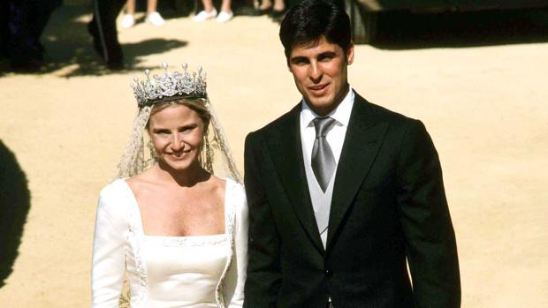 ca97fb718e5b Eugenia Martínez de Irujo luce la tiara de su boda con Fran Rivera 20 años  después del enlace
