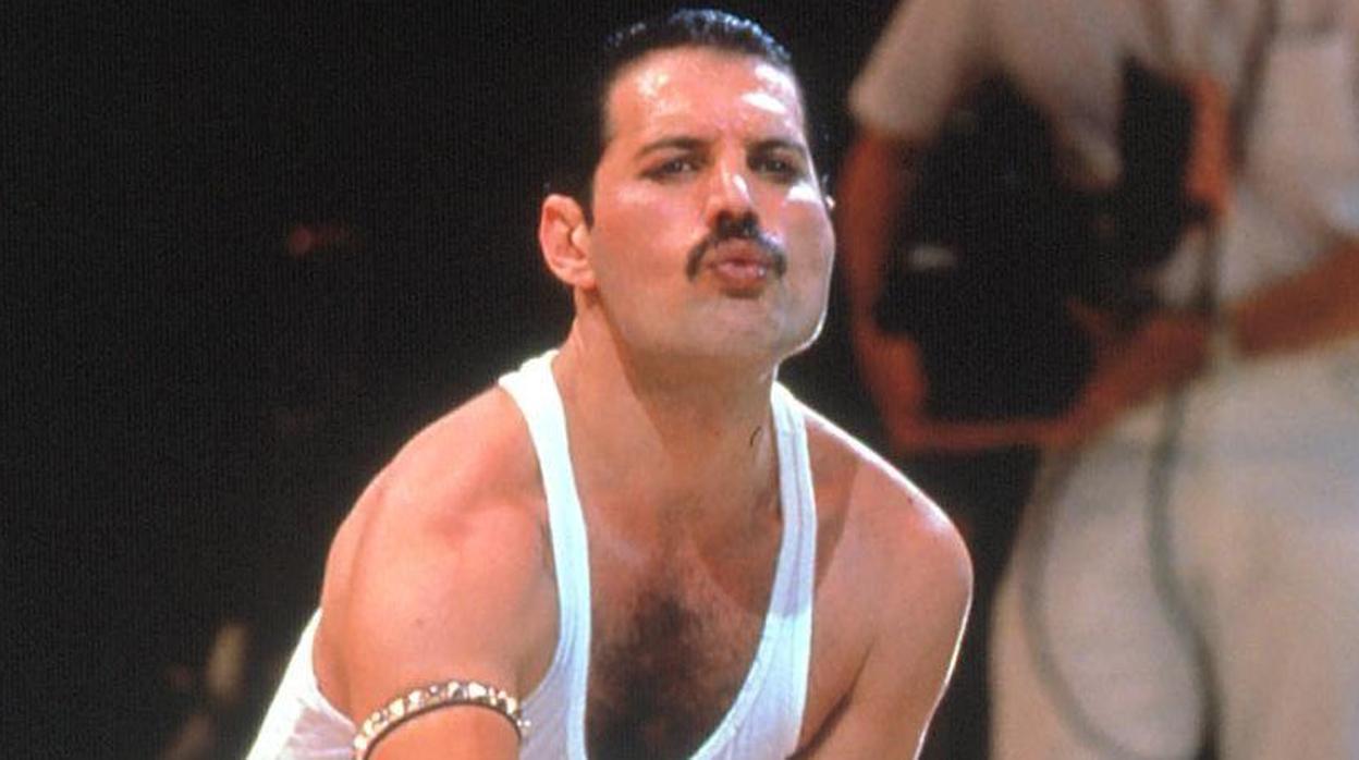 Freddie Mercury disfrazó a Lady Di de hombre para llevarla de fiesta a un bar gay