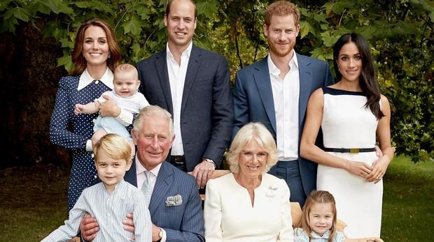 El Príncipe Carlos de Iglaterra rodeado de su familia