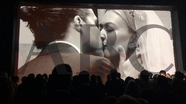 Una pantalla fue mostrando fotografías de los novios durante el «sí, quiero»