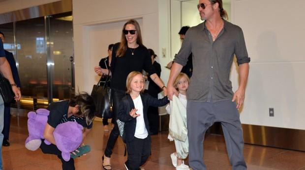 Angelina Jolie y Brad Pitt, en 2013, junto a sus hijos
