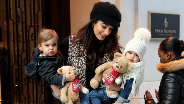 Amal Clooney con sus hijos, Alexander y Ella, por las calles de Nueva York