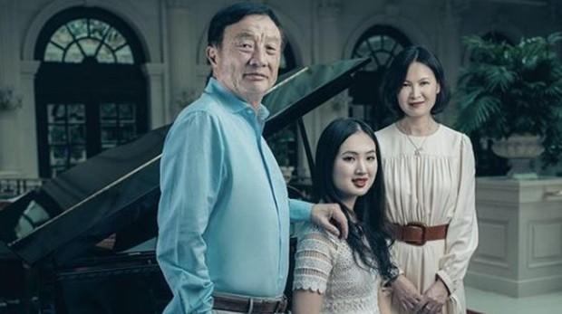 Ren Zhengfei junto a su segunda mujer Yao Ling y su tercera hija Annabel Yao