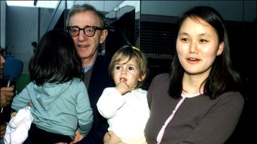 El cineasta junto a su mujer y sus dos hijas