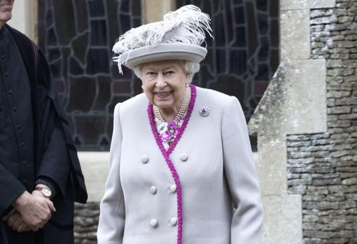 La Reina Isabel II, a su salida del templo