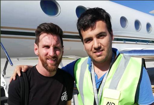 Messi con el operario del aeropuerto de Rosario