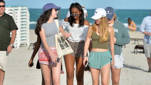 Sasha Obama con unas amigas en la playa