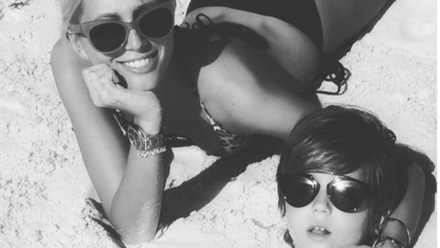 Marie Chantal de Grecia en Bahamas con uno de sus hijos
