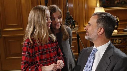 Leonor y Sofía saludan a su padre en la grabación del discurso de Nochebuena