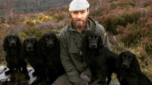 James Middleton junto a sus cinco perros