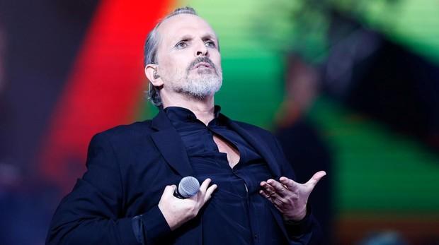 Bosé durante una actuación en Chile