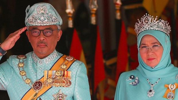 El nuevo Rey de Malasia, Sultán Abdulá Sultán Ahmad Shah, junto a su esposa, la Reina Tunku Hajah Azizah Aminah Maimunah