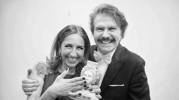 Lisi Fracchia y Edmundo Arrocet, posan con el galardón Prenamo 2019