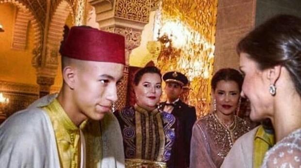 El Príncipe Hassan saluda a la Reina Doña Letizia durante la cena de gala
