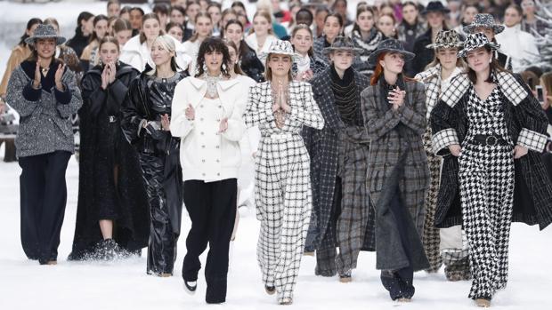 Una emocionada Cara Delevingne (centro) lideró el carrusel final de modelos