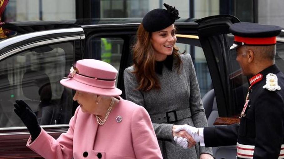 Catalina de Cambridge, «a solas» por primera vez con la Reina Isabel II