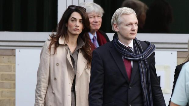 Amal Clooney y Julian Assange, en noviembre de 2011 en Londres
