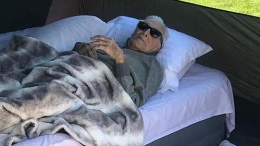 La salud de hierro de Kirk Douglas: durmiendo en un camping a sus 102 años