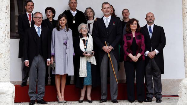 Los Reyes posan junto a la poeta Ida Vitale (centro), la vicepresidenta del Gobierno, Carmen Calvo (segunda, a la derecha), el ministro de Cultura, José Guirao (primera fila, a la izquierda) y otras personalidades, en la entrega del Premio de Literatura en Lengua Castellana Miguel de Cervantes