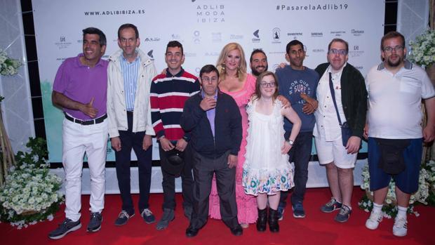 Marta Díaz, en el centro de la imagen, junto con algunos de los protagonistas de «Campeones»