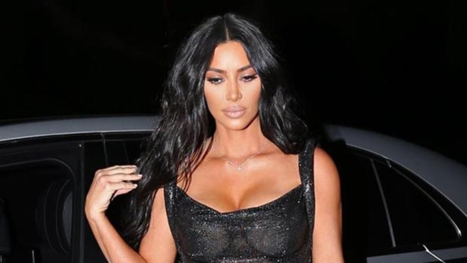 Kim Kardashian desafía la censura con un estilismo sin ropa interior