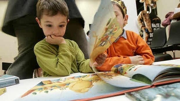 Niños en una biblioteca infantil.