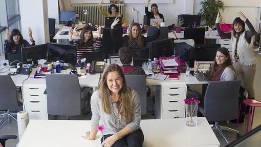María Gómez del Pozuelo con su equipo de chicas de Womenalia
