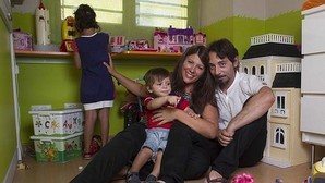 Rocío Tobar con su marido, su hija acogida y su hijo biológico