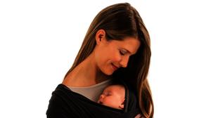 ¿Se debe llevar a los bebés en brazos siempre?