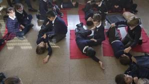 Niños de 8 años aprendiendo técnicas de primeros auxilios en un colegio de Madrid