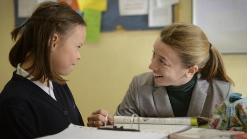 Pilar atiende las explicaciones de su profesora Beatriz Villancé