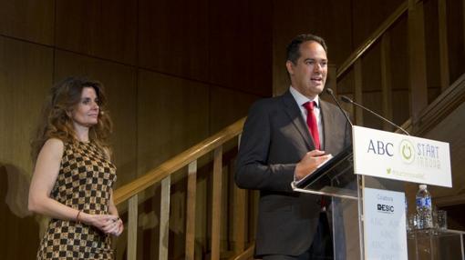 Laura Peraita y José María de la Guía clausurando la II edición de los premios Startinnova